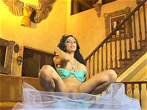 lovely in lingerie, Lela star shows off her slinky glamour dance moves
