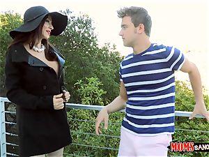 mom Ariella Ferrera nails uber-cute nubile Angel Del Rey and her boyfriend