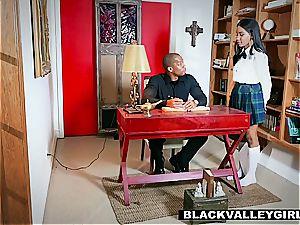 Jenna Foxx sneaks her beau in her room