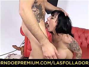 LAS FOLLADORAS - handsome performer gets spunk in facehole