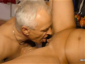 Hausfrau Ficken - jizz on breasts for mature German first-timer